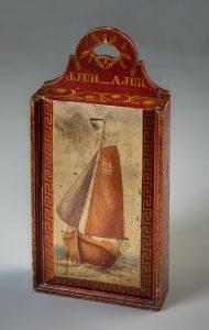 Beschilderde schooltas met schuifdeksel uit Zuiderzeemuseum (uit 19e eeuw)