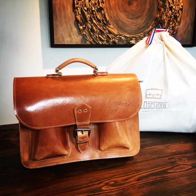 Origineel relatiegeschenk, een handgemaakte leren tas met jouw logo erop