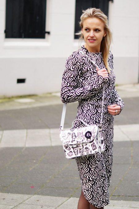 Susanne Bavinck draagt onze Bas Kosters tas naar AFW